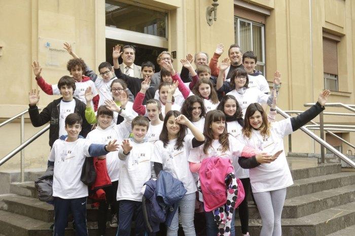 Los alumnos de 1º E de Secundaria del colegio Koldo Mitxelena posan con su camiseta. Foto: Rafa Gutiérrez
